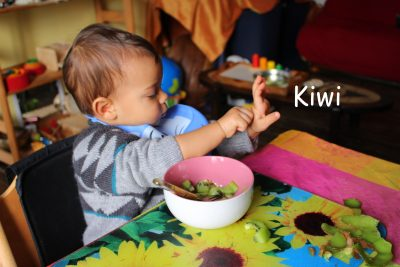Noam Kiwi Signe avec bébé